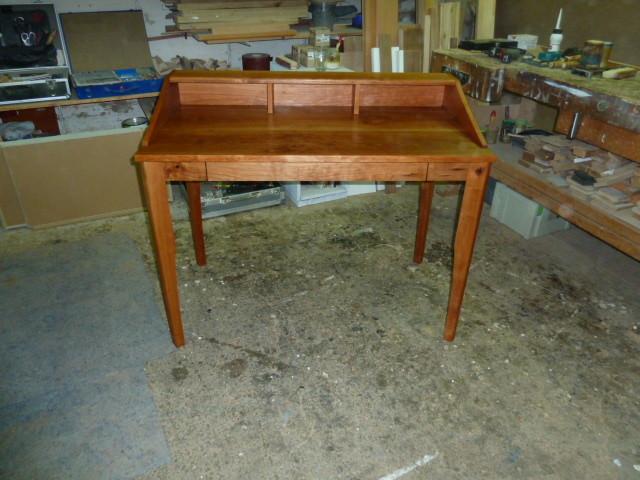 Schreibtisch aus Kirschholz