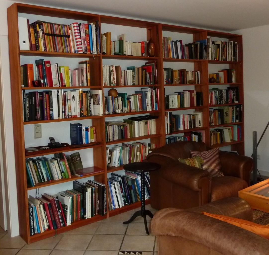 Bücherregalwand aus Elsbeere, naturgeölt