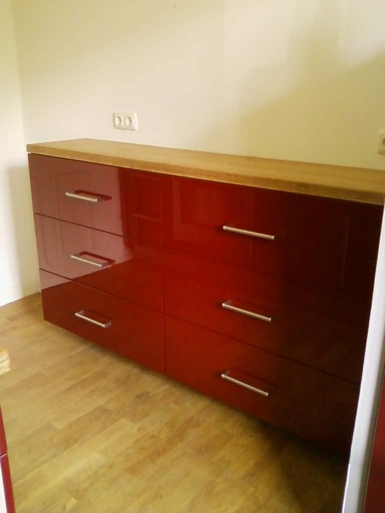 Küchensideboard : Arbeitsfläche Eiche, Fronten rot hochglanzlackiert