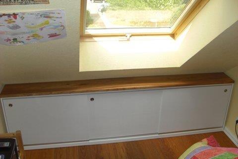 Sidebordzeile , Deckplatte aus Rüster, Schrankkorpen mdf weiß, mit Schiebetüren