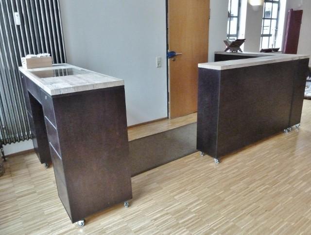 Tresen und Regale aus Birke-Multiplex, gebeizt und lackiert