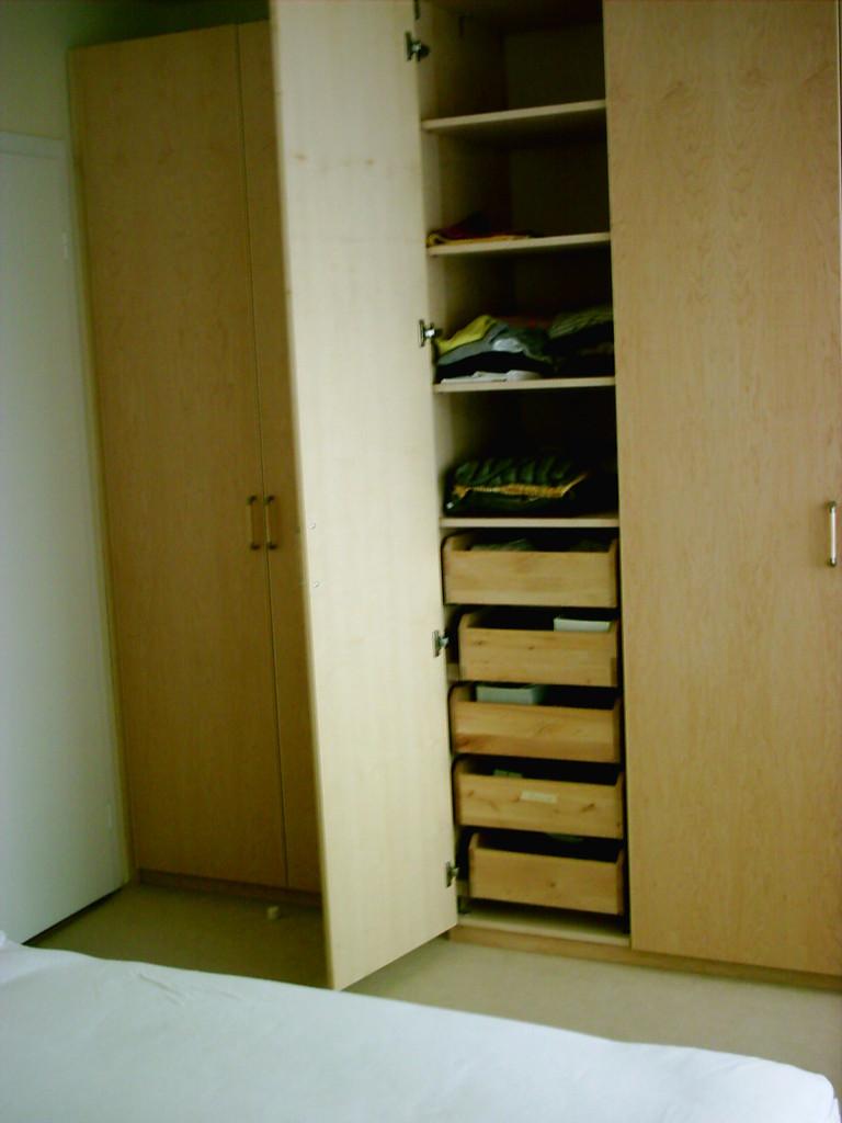 Schlafzimmerschrank aus Ahornholz mit sehr individueller Innenaufteilung