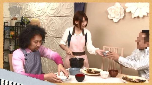 できあがったご飯をおじさんに振る舞うななせさん。