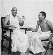 Swami Sivananda (links) bei einem Lachwettbewerb. (Quelle: Yoga Vidya)