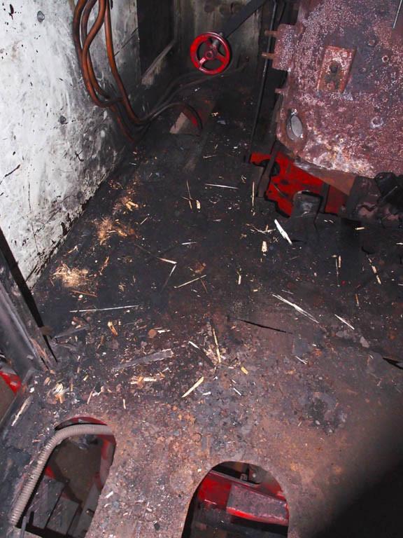 Nach dem entfernen des Holzbodens zeigt sich der Unterboden in stark verrostetem Zustand - Foto: Wolfgang Schneider