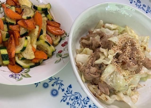 野菜とお肉の炒め物は味付け前にワンコにお裾分け