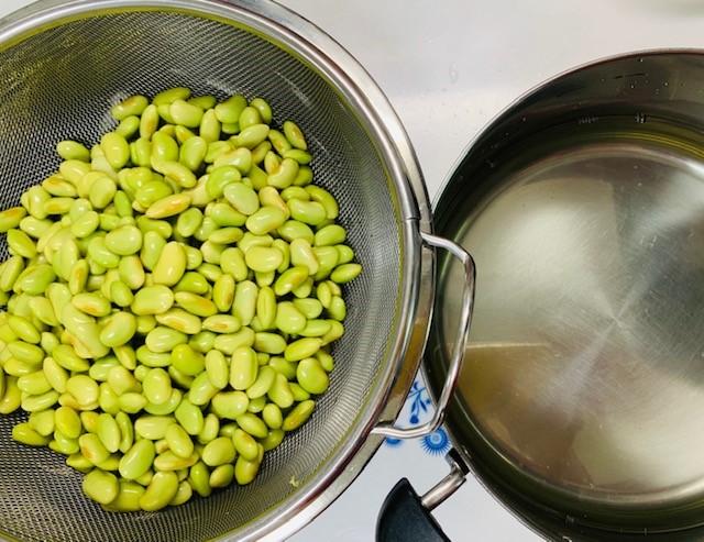 お豆と浸し水を分けて、浸し水を鍋に戻して沸騰させます。