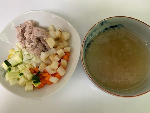 取り分けた食材とお肉のゆで汁を合わせて、ワンコのごはん
