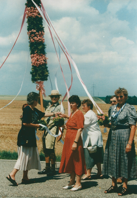 Ein Blumenstange wird als Sympol des Vohburger Obst- und Gartenbauvereins bei dem Festumzug getragen.