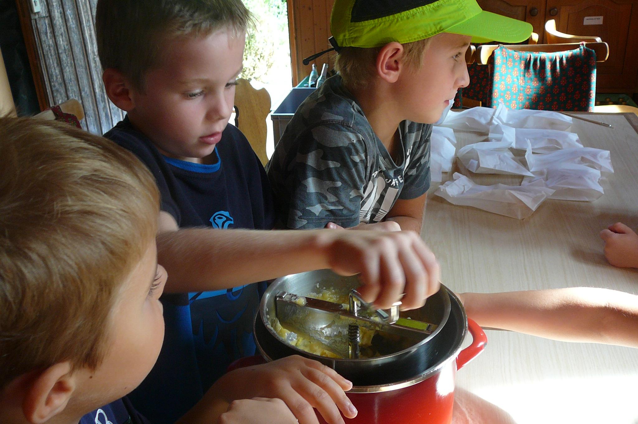 und kochen Apfelmus - hier wird fleissig die flotte Lotte gedreht -