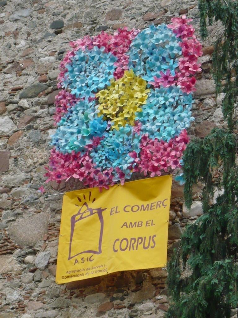 Catifa feta de flors de plàstic, promoguda per l'ASIC