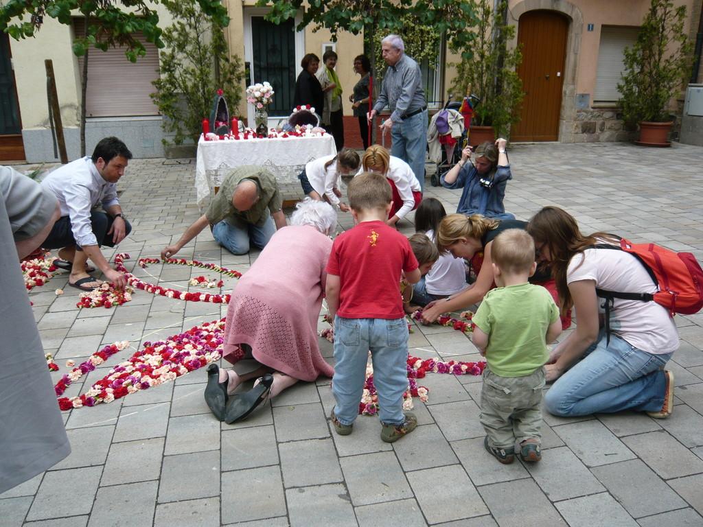 6/6/2010 Petits, mitjans i grans fent l'altar de la Plaça de Santa Isabel