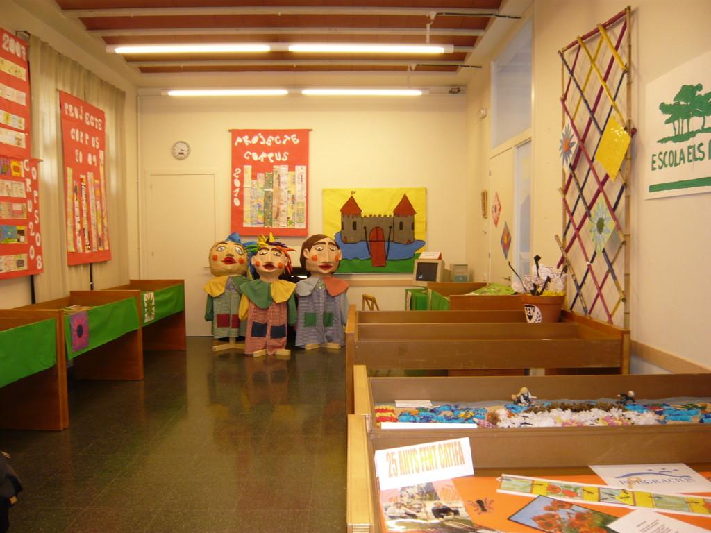 1/06/2010 Exposició històrica de les catifes de l'escola Pinetons i projectes 2010 de les escoles. A la Parròquia