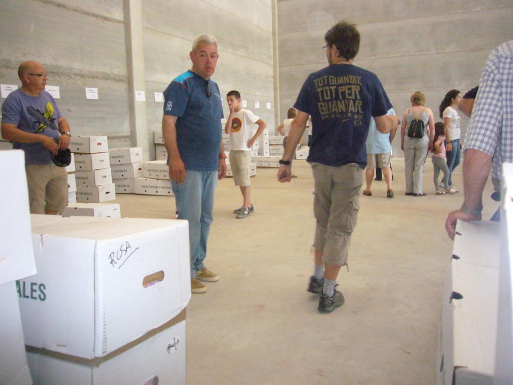 5/6/2010 Repartiment de clavells i material a Ca n'Illa