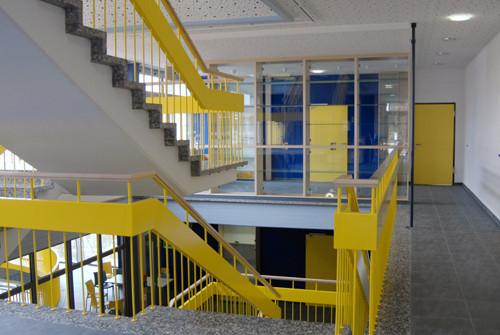 Ernst Abbe Gymnasium Oberkochen, Farbkonzet im Treppenhaus