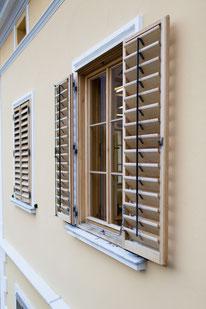 Kranz Fenster mit verstellbaren Läden