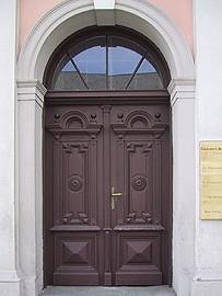 Kranz | Eingangstor mit Oberlichtgitter