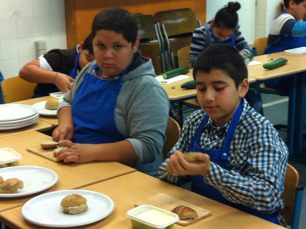 Schüler einer 4. Klasse backen und verkaufen Brötchen für unsere Schule