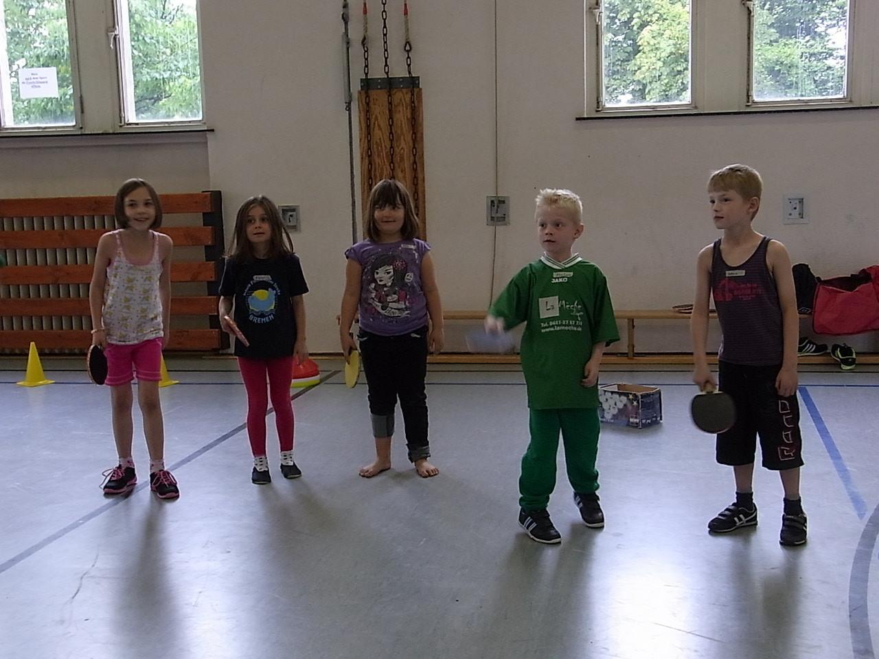 Schülerinnen und Schüler der Werder-Sport-AG bei Tischtennisübungen