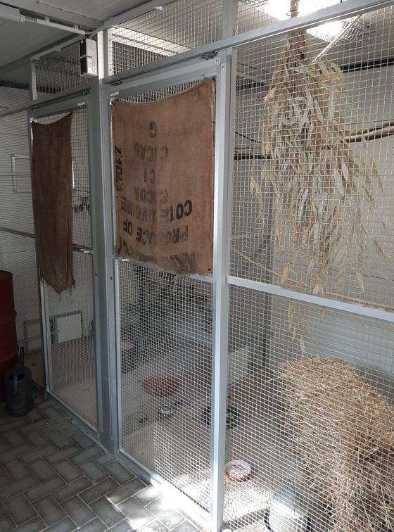 Innenausbau der Schutzhütte mit zwei Abteilen die durch Schieber verbunden werden können.  Es sind zwei platzsparende Schiebetüren die mit einem Vierkantschlüssel bedient werden verbaut.  Die beiden Stoffsäcke dienen zur Eingewöhnung der neuen Insassen.