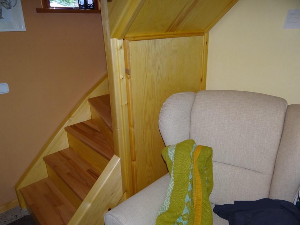 Tür unter der Treppe