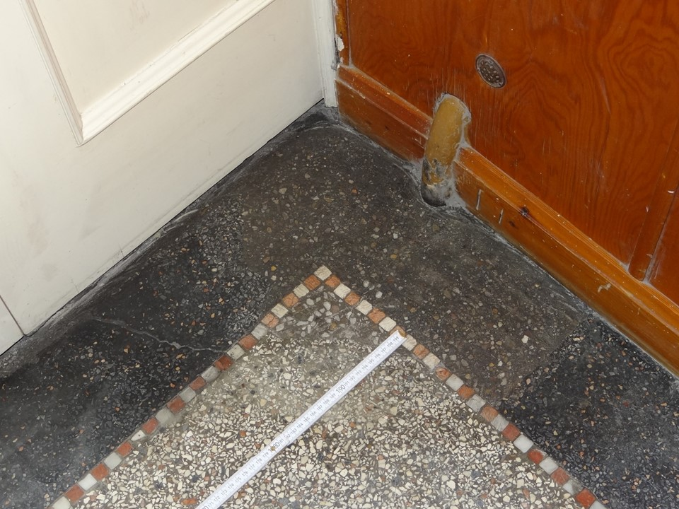 Abgeschliffenes Füllmaterial - Boden muss noch poliert werden