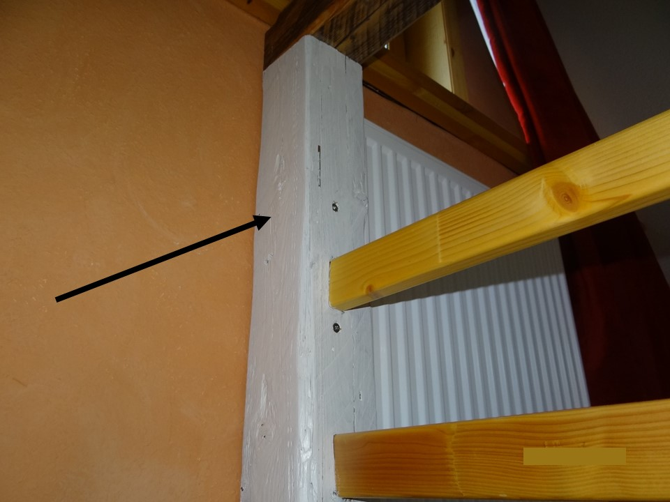 Hohler Pfosten mit Tür kann zur Bedienung der Heizung geöffnet werden