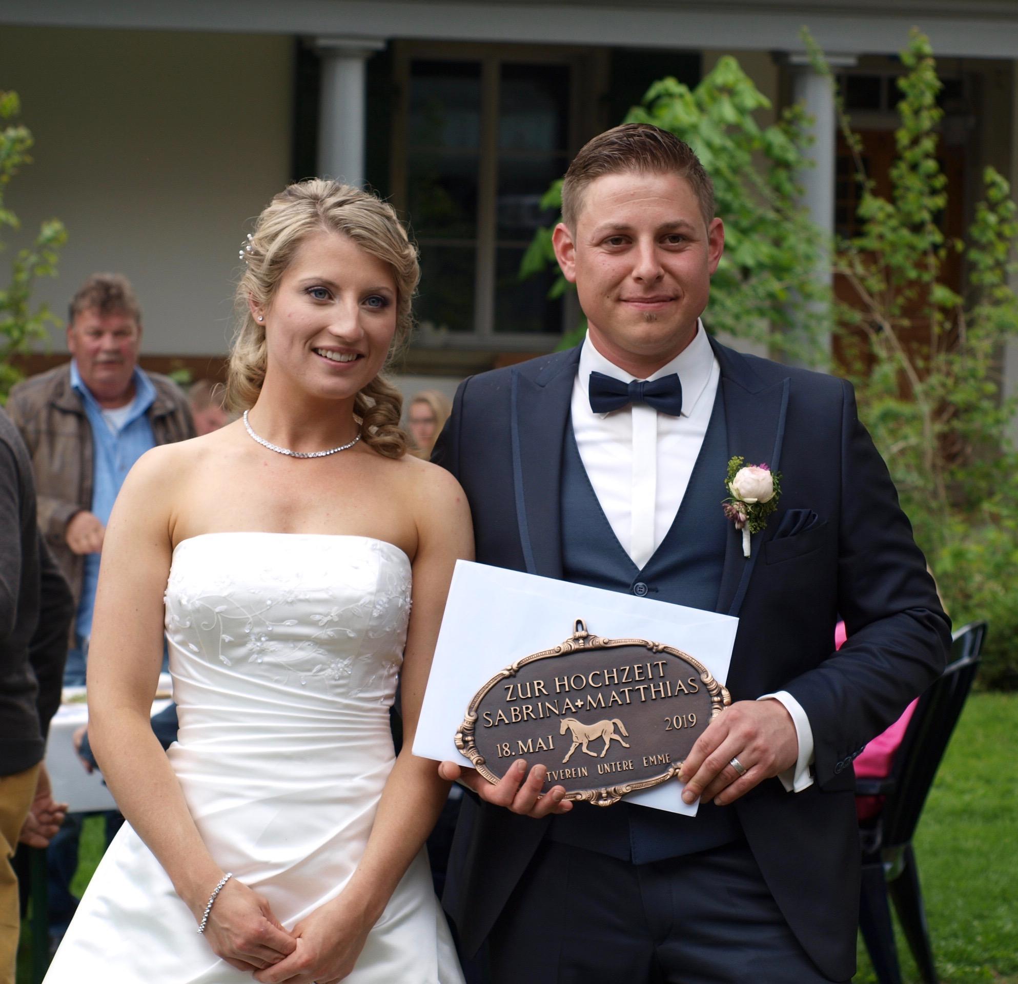 Hochzeitspaar mit Plakette