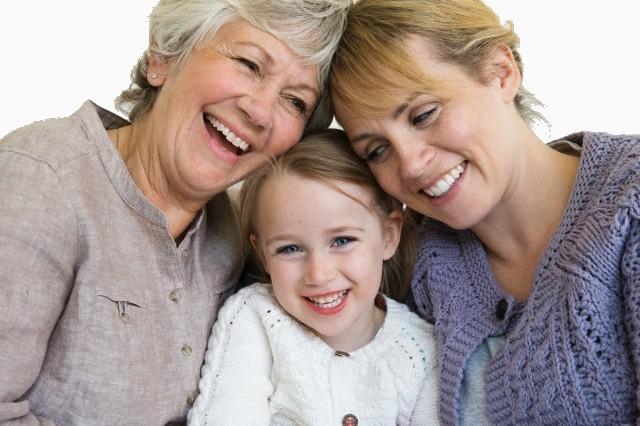 famille enfant simple aide senior parent adulte