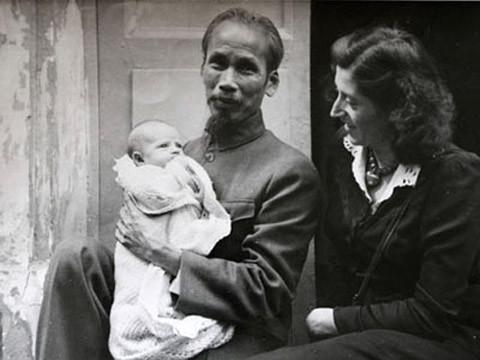 Ho Chi Minh portant Elisabeth Aubrac sous le regard de Lucie Aubrac
