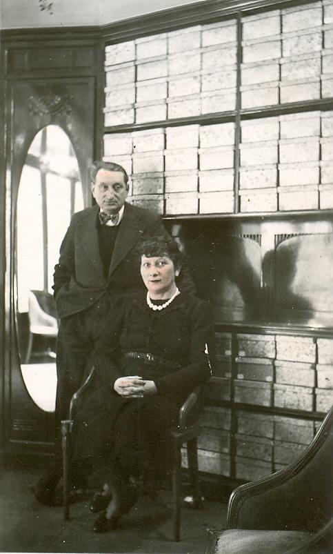 Renée et Léon Baracheck dans leur magasin