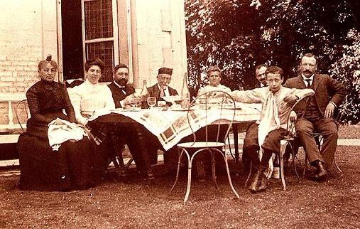 Rouen (1902) : le rabbin entouré de l'aîné et du plus jeune de ses fils (à droite), de son épouse Julie (tout à fait à gauche), de sa belle-fille Lucie née Weyl, et des parents de celle-ci.