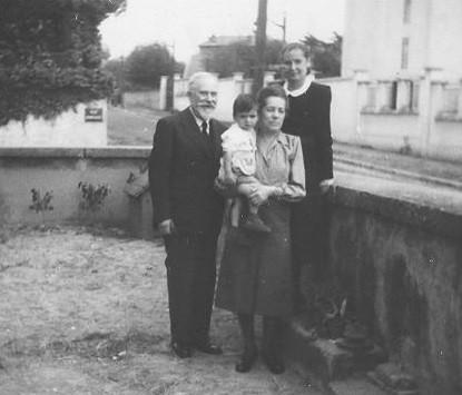 A Lyon en septembre 1949 chez mes parents, Suchar, Andrée qui me porte et ma mère