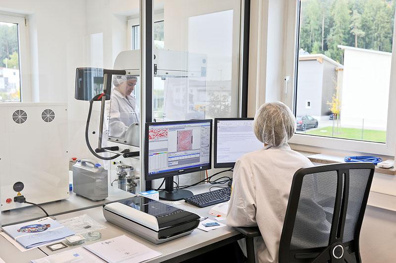 Zwei unserer Mitarbeiter bei der Analyse von Restschmutzpartikeln der gereinigten Teile in unserem Hauseigenen Labor