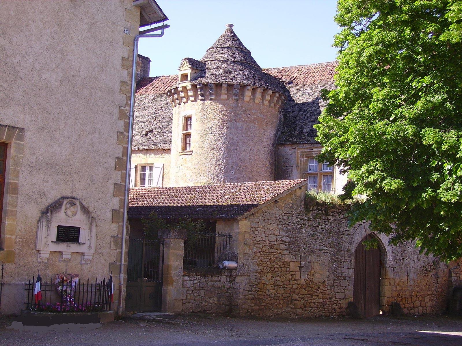 Un petit château dans le village de Sergeac