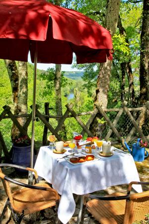 Petit déjeuner copieux sur le piton rocheux face à la vallée