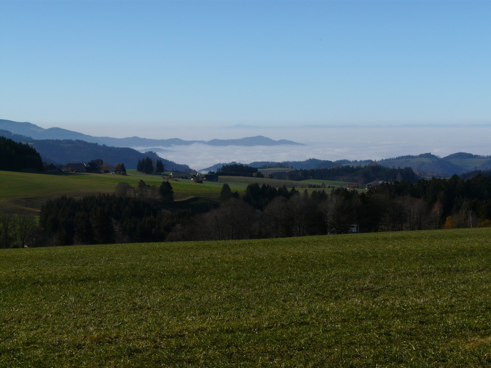 im Tal Nebel auf den Bergen Sonnenschein