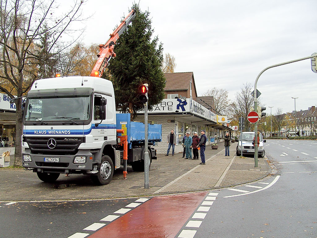 Ehrenamtliches aufstellen eines Weihnachtsbaumes in Neuss