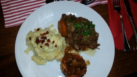 Die Küche war zwischenzeitlich nicht untätig - der Hauptgang: Trio von Irish Stew, Steak & Kidney Pie und Colcannon