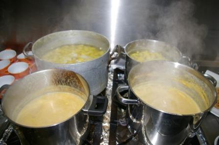 Die Suppentöpfe stehen bereit...