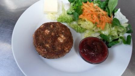 Beispiel für moderne Landküche:  Camembert in Nusshülle mit süßsauren Zwetschgen