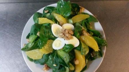 Beispiel für moderne Landküche: Feldsalat mit Orangenfilet und Wachtelei