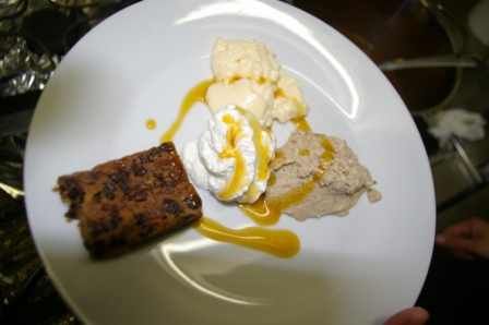 Und zum Abschluss des Menüs das Dessert: Trio von Hafermehleis mit Baileys, Irish Mist Cream, Guinness-Pudding mit Whiskeysoße