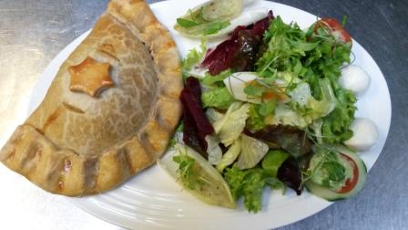 Beispiel für moderne Landküche:  Cornish Pastie mit Salatgarnitur