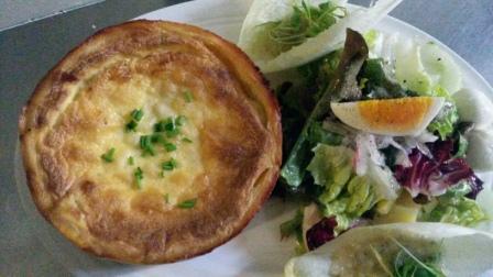Beispiel für moderne Landküche:  Quiche Lorraine mit