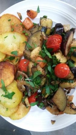 Beispiel für moderne Landküche:  Ratatouille mit Bratkartoffeln