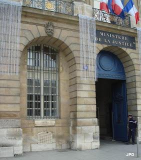 Le mètre déplacé sous la fenêtre, près de l'entrée du ministère de la Justice