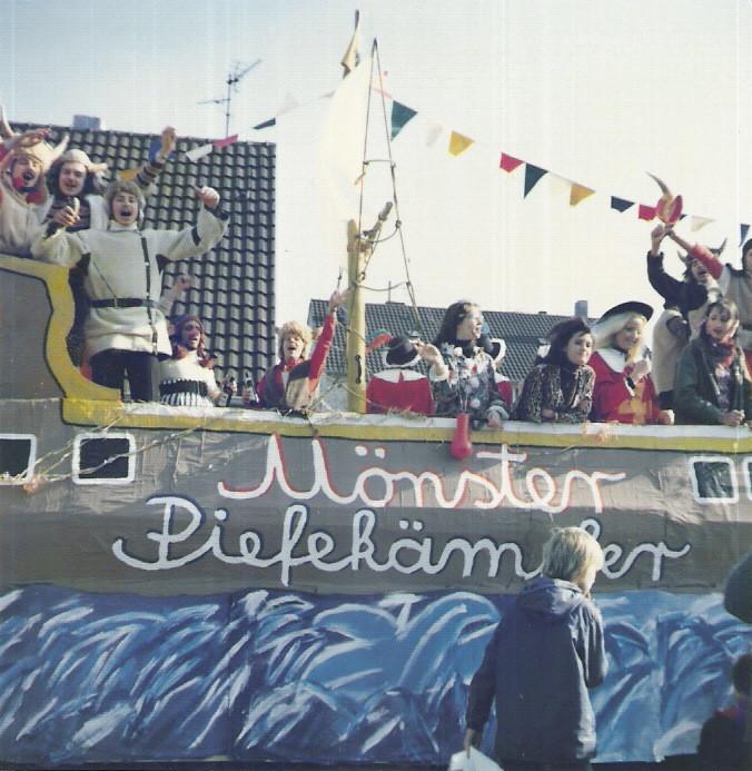 """Karnevalswagen 1976 """"Mönster - Piefekämpfer, Wikinger"""""""