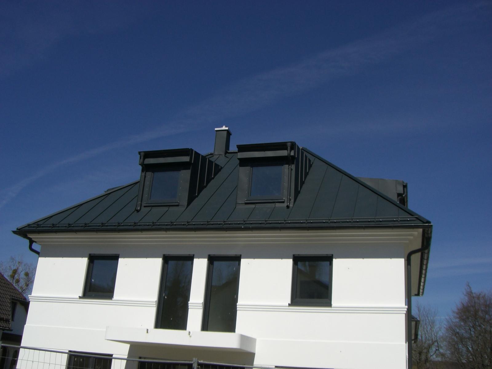 Steildach mit Dachgauben aus beschichtetem Aluminium Prefa P10