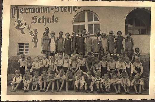 Dzieci przed dawną szkołą (fot. niemiecka, przedwojenna)